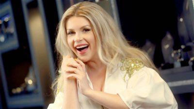 Përvesh mëngët dhe bëhet kamariere/ Këngëtarja e njohur shqiptare lë mikrofonin për tabakanë (FOTO)