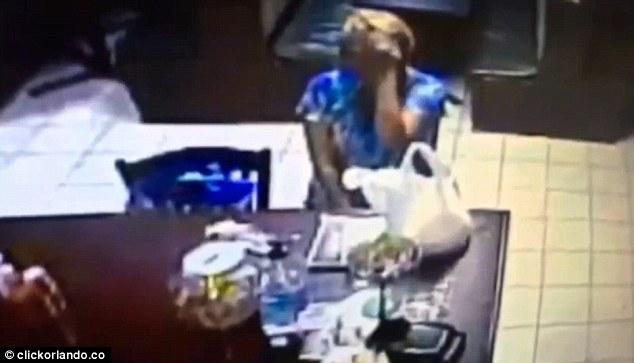 """KAMERAT E NXORRËN ZBULUAR/ Kjo grua bëri dy herë """"mëkat"""" në këtë tavolinë (VIDEO)"""
