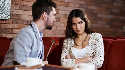 Tre gjërat që bëjnë meshkujt që të duken atraktivë, por gjithsesi femrat i urrejnë