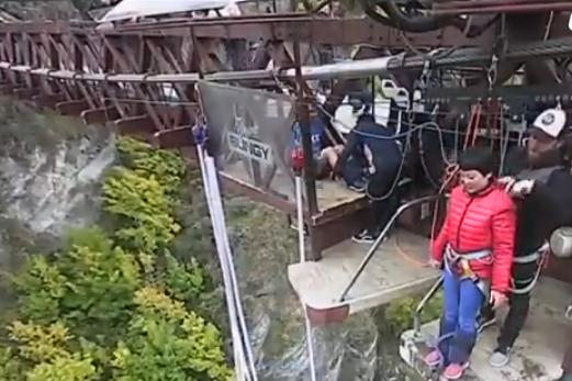 DO TË SHKRIHENI SË QESHURI/ VIDEO: Kjo turiste kineze nuk e di që duhet të hidhet nga…