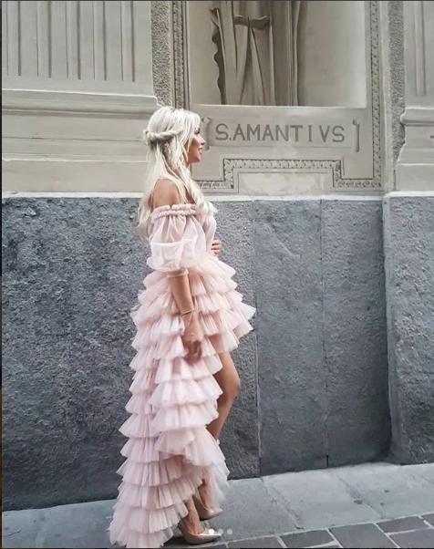 """I ZI DHE ME PRERJE SIMETRIKE/ Xhemi Shehu do t'iu """"befasoi"""" me fustanin e dytë të dasmës (FOTO)"""