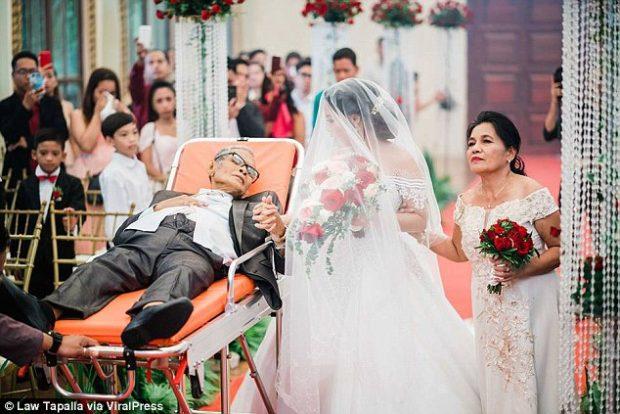 MOMENTI  I DHIMBSHËM/ Duke dhënë shpirt merr pjesë në dasmën e vajzës së tij (FOTO)