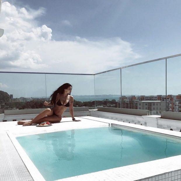 NA ZBUKURUAN DITËN/ Zaimina Vasjari poston  fotot me vajzën në pishinën e vilës luksoze (FOTO)