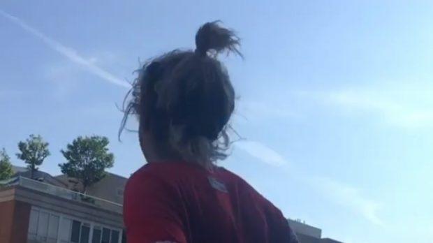 KËNGËTARJA SHQIPTARE I ÇMEND TË GJITHË/ Tund të pasmet në ballkon (VIDEO)