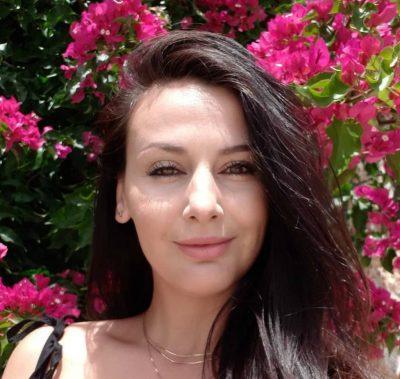 Me flokë të zeza dhe me bikini/  Ja si ka qenë Amarda Toska dikur (FOTO)