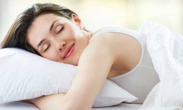 VAPË KUR VENDOS KOKËN NË JASTËK? Ja një TRUK që mund të të shpëtojë gjumin