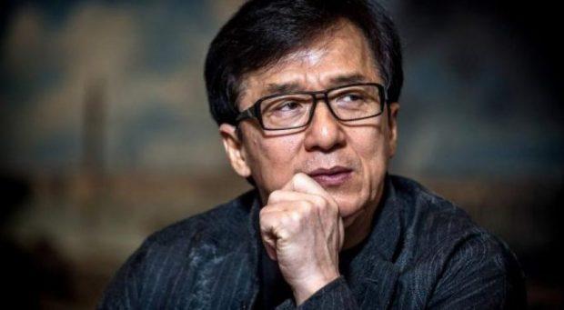 """""""JETOJMË POSHTË URËS""""/ Aktori Jackie Chan dëbon vajzën e TIJ: Është lezbike"""