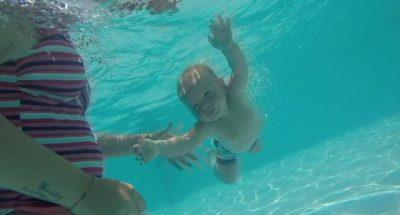 Super bebja e Dhërmiut: Tetë muajsh, zhytet dhe noton si profesionist!