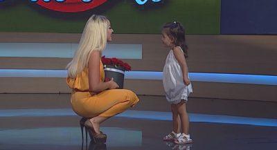 FESTON 29-VJETORIN E DITËLINDJES/ VIDEO: Prezantuesja merr dhuratën nga vajza e saj e vogël. Mallëngjehet kur…