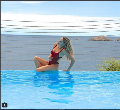 """EKSPOZON TË PASMET/ Ledina Çelo publikon foto të """"nxehta"""" në pishinë (FOTO)"""