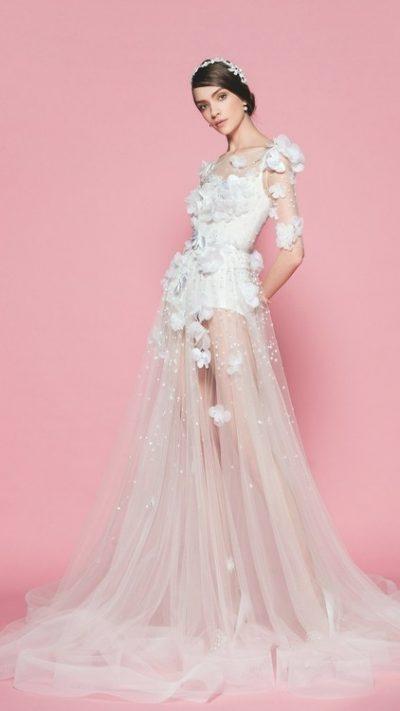 TË QËNDISUARA ME LULE TREDIMENSIONALE/ Trendi i fustaneve të nusërisë që po dominon këtë sezon