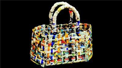 E BUKUR EDHE ME STIL/ Ja si të krijoni një çantë shportë me revistat e vjetra (VIDEO)