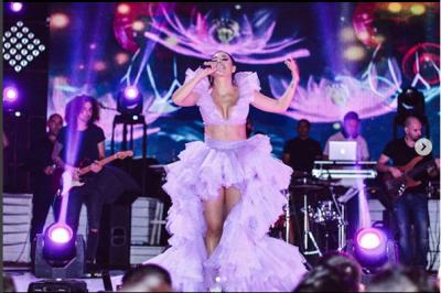 Elvana Gjata si asnjëherë/ Kërcim BOMBASTIK në mes të skenës (FOTO)