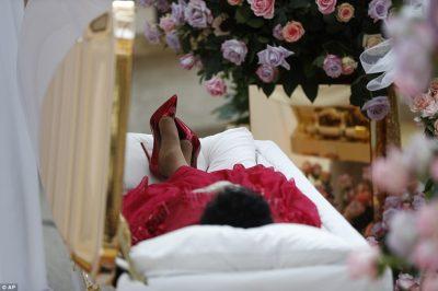 Lamtumira për Aretha Franklin/ Mbretëresha e muzikës vishet e gjitha me të kuqe (FOTO)