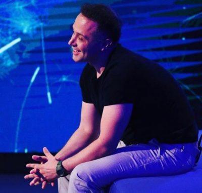 U LARGUA NGA VIZION PLUS PËR KLANIN/ Turjan Hysko tregon episode nga programi i ri (VIDEO)