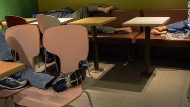 NDODH NË HONG KONG/ Shumë njerëz flenë në restorantet e McDonalds: Këta kanë ku të flenë por…