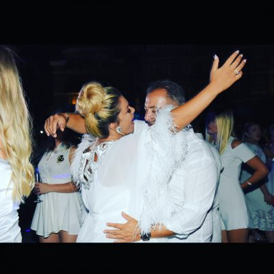 Dy ditë pas sjelljes në jetë të djalit/ Adelina Tahiri feston me këngë e valle mes miqsh (FOTO)