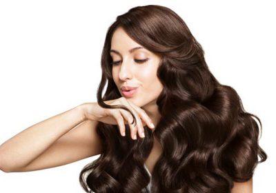 Katër truke të thjeshta që do t'ju dhurojnë flokë të mëndafshtë
