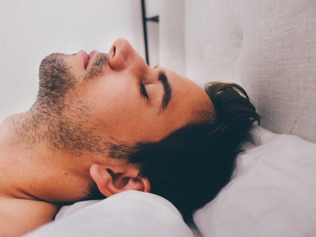 Hapi sytë në mëngjes/  Dhe  zbuloi se po i bënte marrëdhënje orale një…
