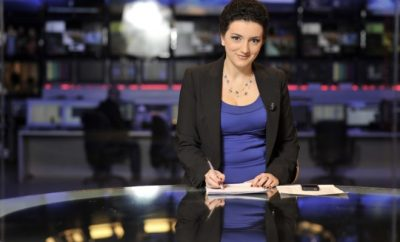 Gazetarja e njohur bëhet nostalgjike, kujton si dukej ajo dhe kolegët e saj para 20 vitesh… (FOTO)