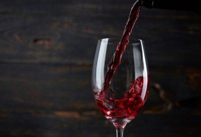 PËR TË GJITHË ADHURUESIT E ALKOOLIT/ Sa i rrezikshëm mund të jetë konsumimi i tij?