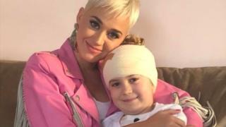 Fansia e diagnostikuar me kancer/ Këngëtarja e famshme i shkon në shtëpi (FOTO)