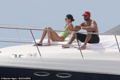 """BOMBA """"KARDASHIAN""""/ Motra e vogël e Kim pushime në jaht me të dashurin (FOTO)"""