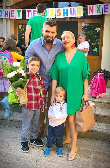 """""""TAKIM SI BURRAT""""/ Moderatorja shqiptare xhiron momentin e veçantë atë e bir (VIDEO)"""