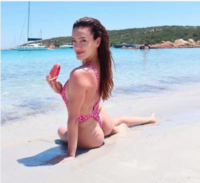 """SUPER E NXEHTË ME BIKINI BLU/ Klaudia Pepa """"çmend"""" spanjollët me trupin e saj"""
