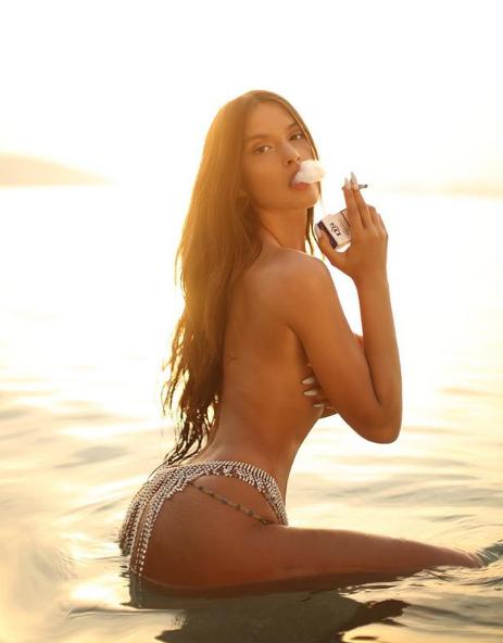 """ORIOLA MARASHI """"TËRBON"""" FANSAT/ Modelja poston foton me bikini dhe këmbët hapur (FOTO)"""
