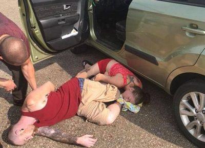 Prindërit të shtrirë në tokë nga overdoza/ Kalimtarët shpëtojnë foshnjen (FOTO)