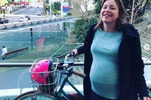 E PAZAKONTË/ Zëvëndës-ministrja shkon të lindë në maternitet me … BIÇIKLETË
