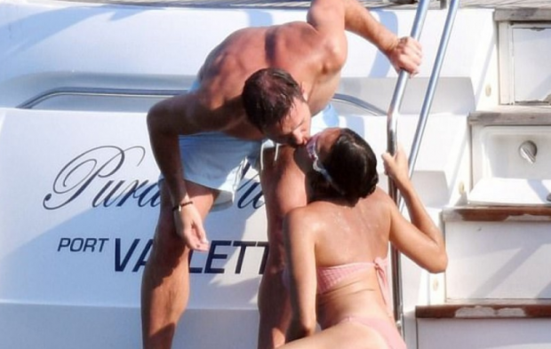 SEKS NË JAHT PËRBALLË PAPARACËVE/ Ja çfarë bën çifti i famshëm anglez (FOTO)