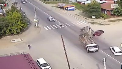 RUSI/ Kamioni vjen me shpejtësi të madhe, ja si e shpëton qeni pronaren…