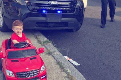 E kupton që po i jep makinës në trotuar? Policia ndalon 1-vjeçarin (FOTO)