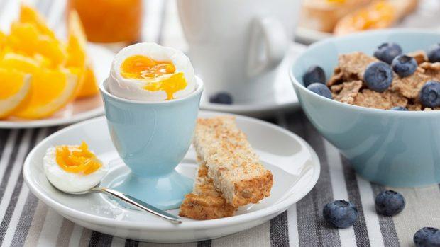 Pesë arsye pse nuk duhet të anashkalojmë mëngjesin (FOTO)