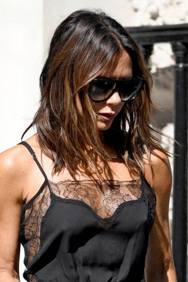 Victoria Beckham këmben kostumet e ftohta me kanatjere intime dhe flokë të shkujdesur