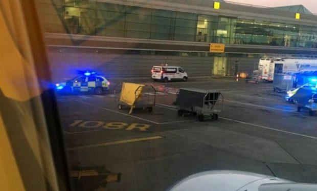 PARAQITET ME VONESË NË AEROPORT/ Pasagjeri del në pistë e vrapon për të kapur avionin