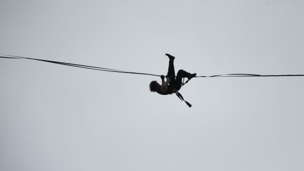PAMJE DRAMATIKE/ Akrobati sfidon erën e fortë në lartësinë 40 metra