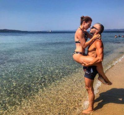 UPS! Moderatoren shqiptare e kap burri duke bërë gjëra të turpshme në plazh (FOTOT)