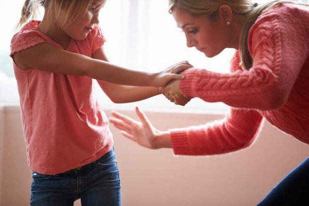 PRINDËRIT MUND TË DËNOHEN!/ Ndëshkimi fizik i fëmijëve vjen me pasoja të rënda