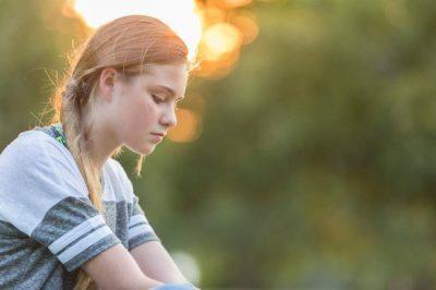 Vajzat e reja sot janë shumë herë më të palumtura krahasuar me 10 vite më parë: Ja shkaku!