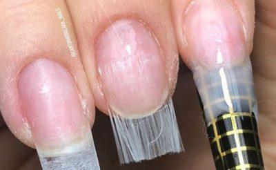 Vajzat po i zgjasin thonjtë me fibra qelqi dhe jo më kot (VIDEO)