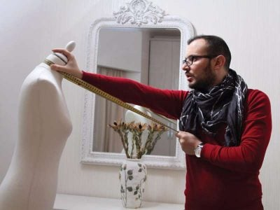 PËRFAQËSON DENJËSISHT SHQIPËRINË/ Stilisti i njohur me çmim ndërkombëtar (FOTO)