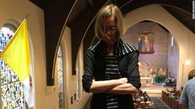 Abuzimet seksuale, protestuesit në kishë i drejtohen kardinalit: Turp të vijë