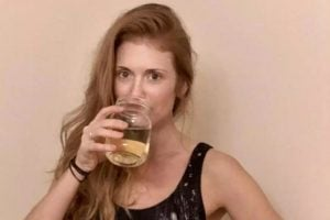 """""""U shërova duke pirë urinën time dhe duke lyer fytyrën me të""""/ """"Çudit biznesmenia"""" 33-vjeçare"""
