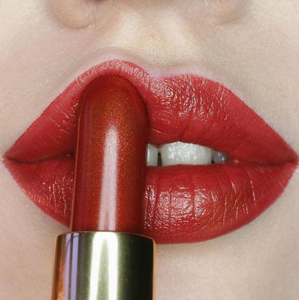 """""""Buzët petale"""" janë trendi më i ri i buzëkuqit dhe duhet ta shikoni që ta besoni (FOTO)"""