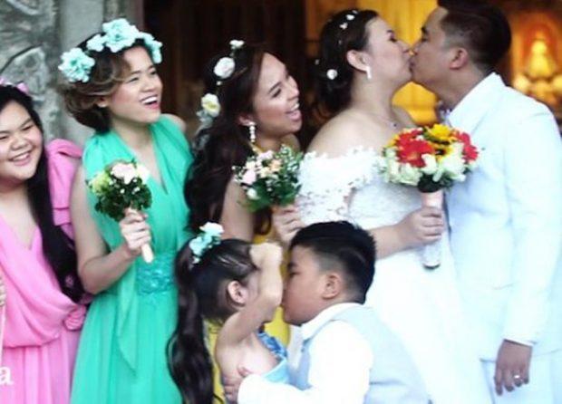 """Shkoi dhe puthi një nga vajzat e luleve/ 10-vjeçari i rrëmben """"shfaqjen"""" çiftit (FOTO)"""