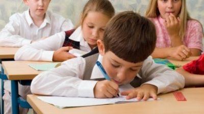 """""""Të dashur mësues""""/ Mos i detyroni fëmijët të shkruajnë se si e kanë kaluar verën"""