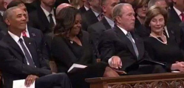Gjesti i ish-Presidentit Bush pushton internetin